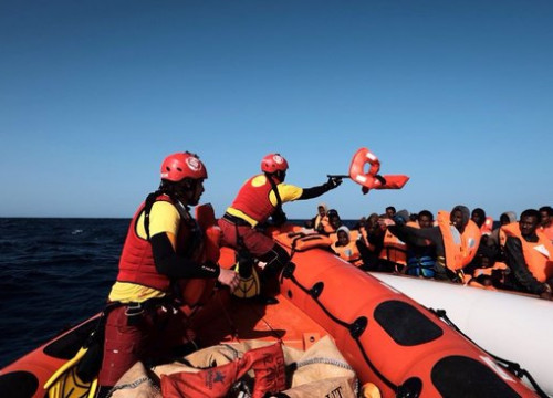 The Proactiva Open Arms team rescuing refugees in the Mediterranean (by Proactiva Open Arms)