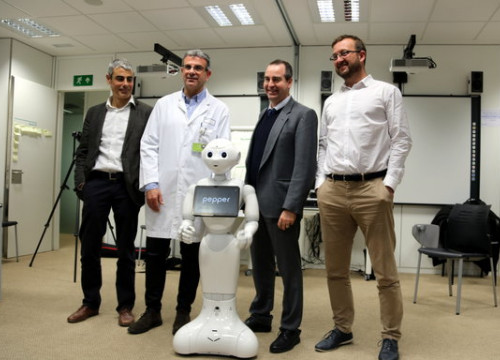 Members of the Althaia Foundation alongside the robot Pepper (by ACN)