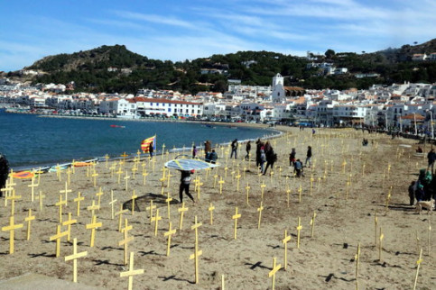 "Yellow crosses to protest against the ""death of freedoms"" in Port de la Selva (by ACN)"