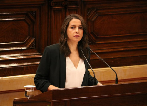 Leader of C's in Catalonia Inés Arrimadas speaks at the Parliament lectern on April 5 2018 (by Bernat Vilaró)