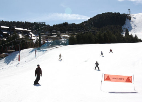 Skiers on the slopes of La Molina (by ACN)