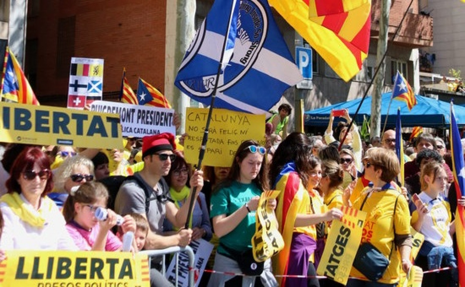 A Scottish flag is waved at a demonstration in Barcelona organized by Space for Democracy and Co-existence, April 15, 2018 (by Gemma Sánchez)