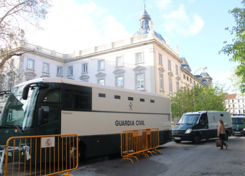 Police vans outside Spain's National Court carrying some Catalan jailed leaders in April 2018 (by Xavier Alsinet)
