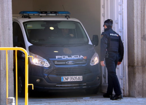A Spanish police van arrives in the Supreme Court in Madrid /by Tània Tàpia)