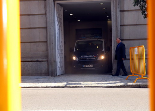 A police van carrying jailed minister Jordi Turull outside the Spanish Supreme court (by Tània Tàpia)