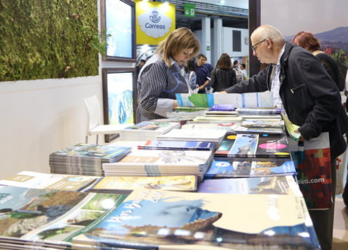 A visitor at the B-Travel fair looking at a map (by  ACN)