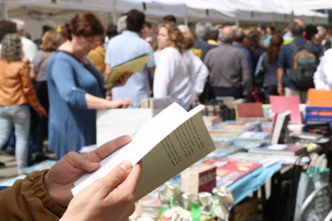 For Sant Jordi, Catalans gift books to their loved ones, resulting in astounding sales every year (by Andrea Zamorano)