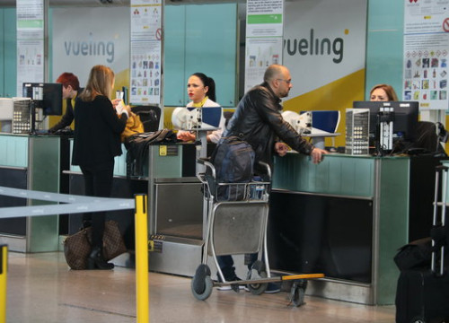 Passengers checking in at Vueling desk (by ACN)
