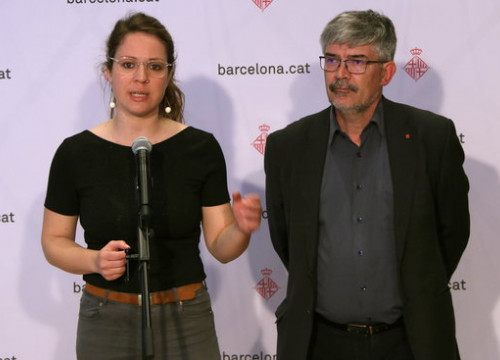 Two local Barcelona councillors, Janet Sanz and Agustí Colom, announcing their decision on Airbnb (by Andrea Zamorano)