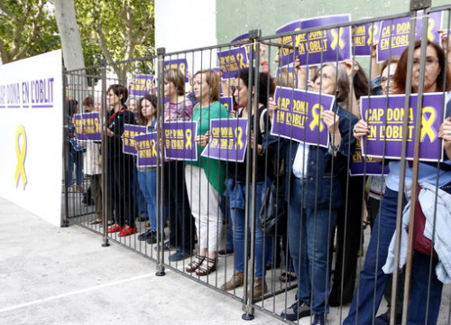 Women symbolically behind bars protest at the 'No woman forgotten' demonstration on May 23 2018 (by Rafa Garrido)