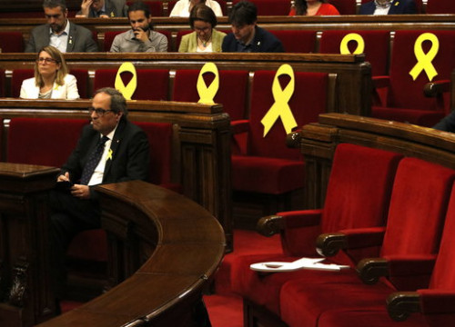 The Catalan president, Quim Torra, sitting in parliament surrounded by yellow ribbons, on May 25, 2018 (by Núria Julià)