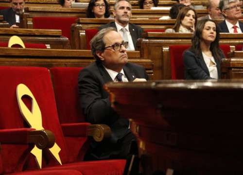 An empty government seat in the Catalan parliament, next to Catalan president Quim Torra (by Núria Julià)
