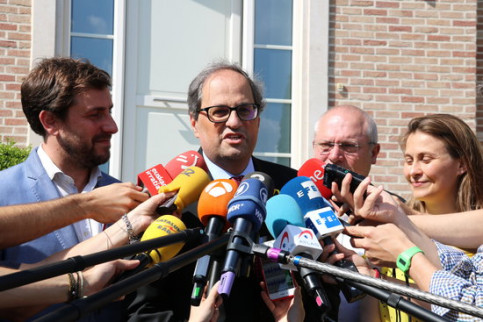 Catalan president Quim Torra talks to the press in Waterloo, Belgium, alongside the three deposed ministers living in Brussels (by Laura Pous)