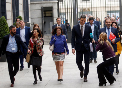 The Socialist leader, Pedro Sánchez, outside the Spanish Congress with some Socialist MPs on May 31, 2018 (by Javier Barbancho)