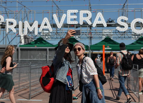 Fans take a selfie at the entrance of the Primavera Sound festival. (Photo: Violeta Gumà)