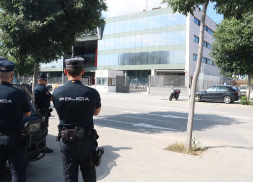 Some Spanish police officers outside the Catalan Telecommunications and IT Center (CTTI) on June 12, 2018 (by Pol Solà)