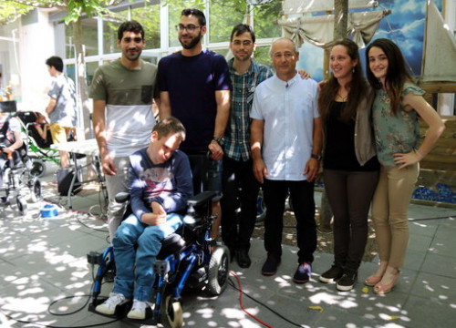 Wheelchair user Arnau Estanyol alongside the young inventors and classmates (by  ACN)