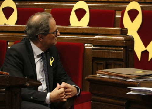 Catalan president Quim Torra in parliament, with yellow ribbons symbolising pro-independence MPs in prison or exiled (by Núria Julià)