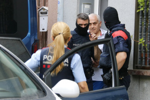 The Catalan police arresting a member of the Armenian mafia in Badalona (by Jordi Pujolar)