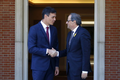 The Spanish and Catalan presidents, Pedro Sánchez and Quim Torra, shaking hands ahead of their meeting on July 9, 2018 (by Rafa Garrido)