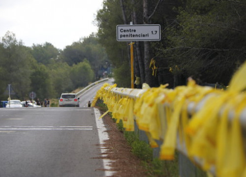 Some yellow ribbons on a road leading to the prison where the former Catalan parliament president is held in custody (by Núria Torres)