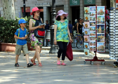 Some tourists walking on La Rambla in summer 2018 (by Josep Molina)