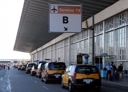 The slow protest procession of taxi drivers at the Barcelona airport on July 26 208 (by Àlex Recolons)