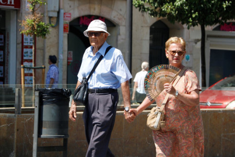 A couple walking around Tarragona during a heat wave in August 2018 (by Sílvia Jardí)