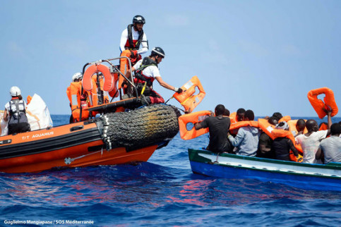 The Aquarius crew rescues migrants from drowning in the Mediterranean (by Guglielmo Mangiapane / MSF)