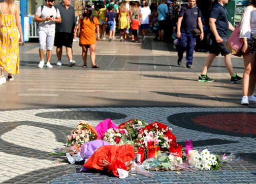 Flowers honoring the victims of the 2017 terror attack in La Rambla (by ACN)