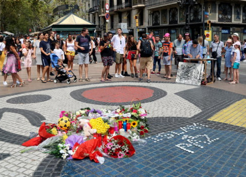 Some flowers and candles left in La Rambla on August 16, 2018 (by Aina Martí)
