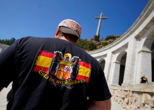 A man wears a Francoist flag on the back of his t-shirt at the Valley of the Fallen mausoleum, where Franco is buried (by Reuters)