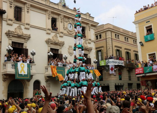 Image of a ten-tier human tower by Castellers de Vilafranca group in 2018 Sant Fèlix (by Gemma Sánchez)