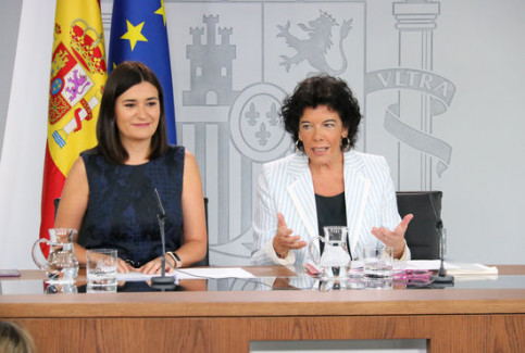 Former Spanish health minister Carmen Montón with spokeswoman Isabel Celáa (by ACN)