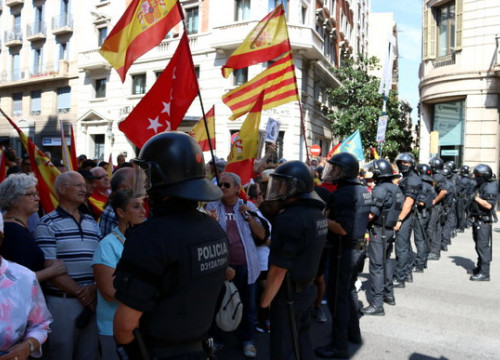 A police cordon preventing protesters against schooling in Catalan from getting to Plaça Sant Jaume square in Barcelona on September 16, 2018 (by Pau Cortina)