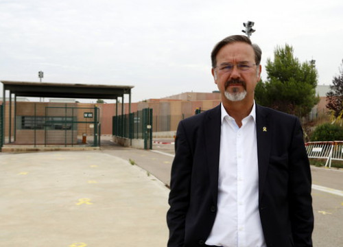 Scottish MP Ronnie Cowan at the entrance of the Lledoners prison (by Laura Busquets)
