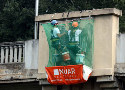 Work begins to remove Francoist eagles from Girona bridge (ACN)