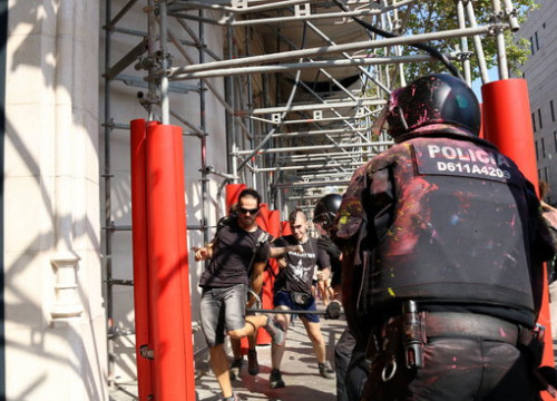 Police hit pro-independence supporters in central Barcelona (by ACN)