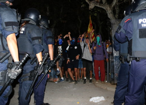 Catalan police in front of protesters outside the Catalan parliament (by Nazaret Romero)