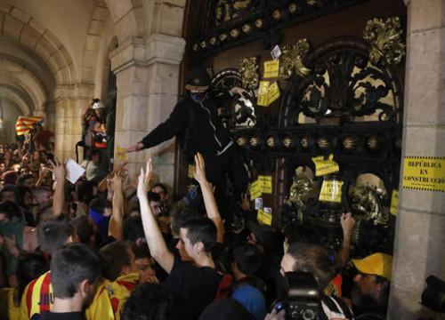 Protesters at the doors of the Catalan Parliament (by ACN)