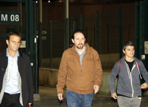 Podemos leader, Pablo Iglesias (in the middle), with Barcelona deputy mayor Jaume Asens and MP in Madrid Lucía Martín on October 19 after meeting Catalan jailed leaders in Lledoners prison (by Laura Busquets)