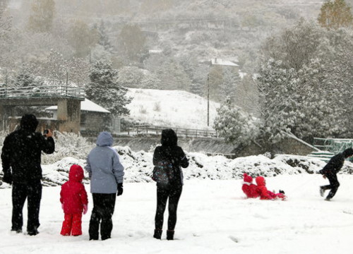 Some people playing with snow in Espot, in the Catalan Pyrenees (by Marta Lluvich)