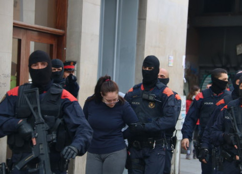 One person arrested by the Catalan police in Barcelona's old town (by Pol Solà)