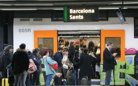Passengers taking a train in Barcelona's Sants station (by Aina Martí)