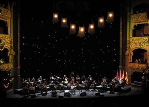 Image of the 30 musicians from Bait Al Oud performing in Liceu Opera House on November 4, 2018 (by Toni Bofill)