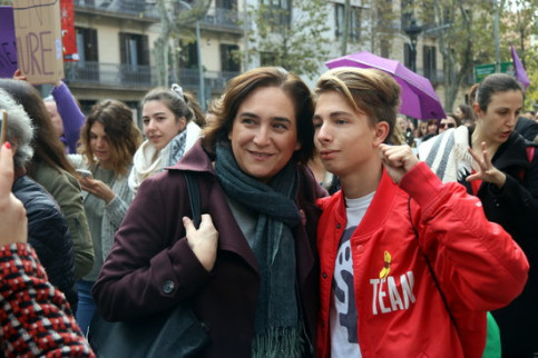Barcelona mayor Ada Colau gets a photograph with a demonstrator at the Feminist November march in Barcelona in 2018 (by Pere Francesch)