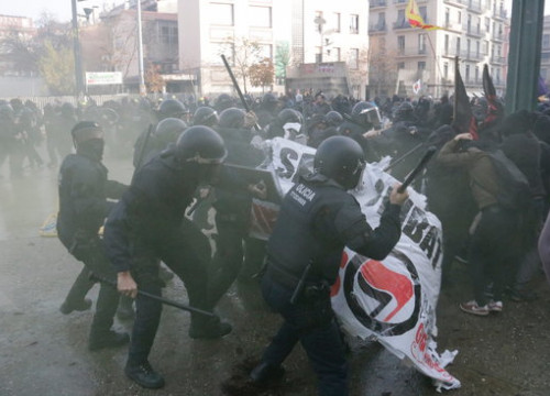 Some police officers charging against antifascist demonstrators in Girona on December 6, 2018 (by Marina López)