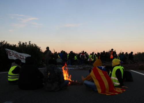 Pro-independence protesters blocking Catalonia's AP-7 highway (by Mar Rovira)