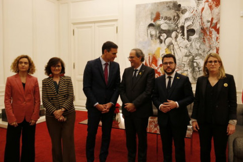 Catalan (right) and Spanish (left) governments meet in Barcelona, with the two presidents at the center (by Marc Bleda)