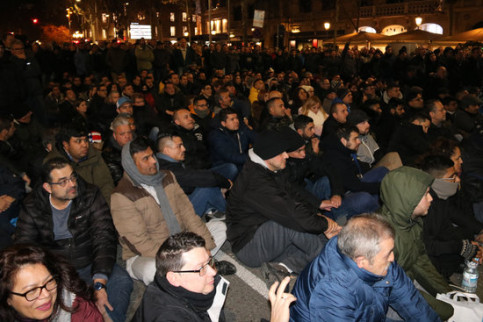Assembly of taxi drivers discussing on their next steps on the night of January 19, 2019 (by Bernat Vilaró)